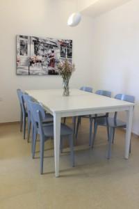 לכסאות נבחר גוון כהה יותר מזה של הקלאפה כדי ליצור קונטרה לשולחן הלבן ולהעשיר את החלל. עיצוב וצילום: רוית רוד