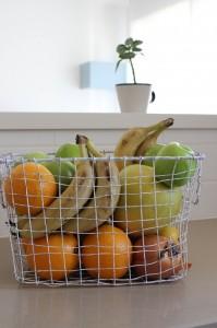 אין כמו סלסלת פירות טריים במטבח. עיצוב וצילום: רוית רוד