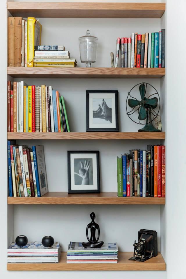 ספריה מעוצבת בנישת גבס באמצעות מדפי אלון בעלי נוכחות. עיצוב: רוית רוד צילום: מאיה חבקין