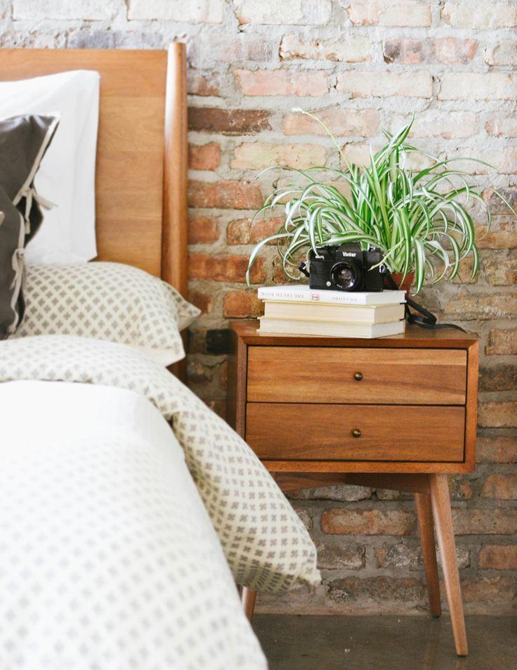 בחדר השינה בריקים מפירוק מעניקים חמימות שנעים לחזור אליה בסוף יום עמוס. www.blog.westelm.com