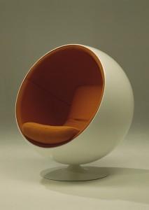 כסא כדור ball chaur המאפיין את שנות ה-60 בעיצובו של Eero Aarnio