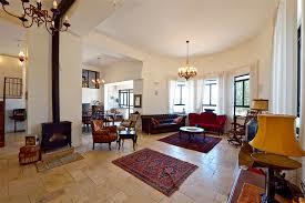"""בית ירושלמי בעל קירות מעוגלים בעיצובן של טלי רצהבי וגליה געדי מ""""סטודיו taga"""""""