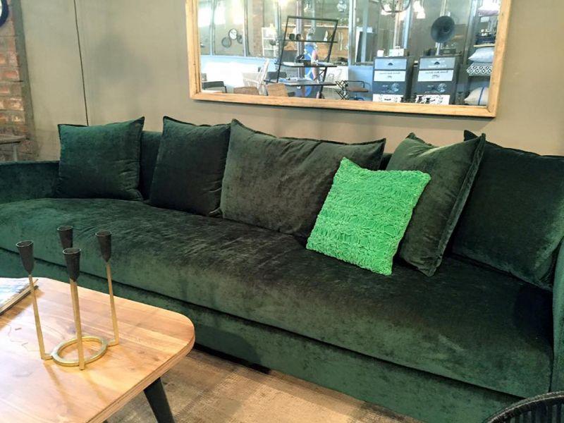 """הספה המדוברת מבית """"האסם"""". צילום: רוית רוד"""