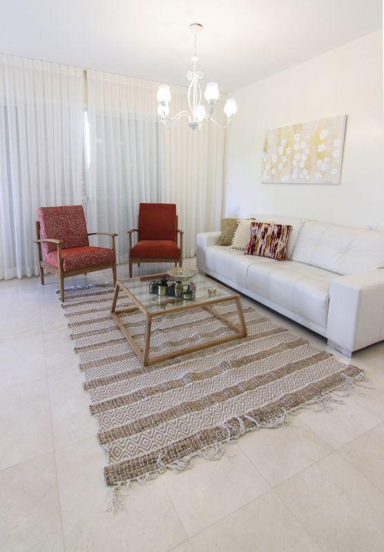 מבט כללי לסלון אחרי. טאצ'ים קטנים שעושים את ההבדל. הום סטיילינג קטן עיצוב וצילום: רוית רוד