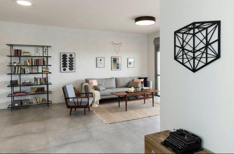 ובאותה דירה בסלון, גוף צמוד תקרה, מפזר, דומיננטי אך לא מאפיל על זה שבפינת האוכל. עיצוב: רוית רוד צילום: מאיה חבקין