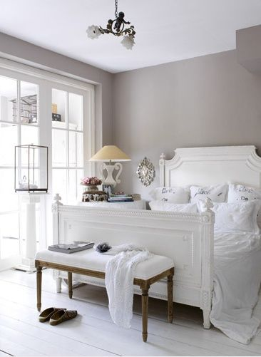 אפור חם בחדר השינה. מרגיע ומזמין. www.decorpad.com