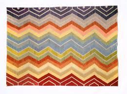 שטיח קילים צבעוני של שטיחי ז'וזפון. בסלון רגוע יתן את הצבעוניות הנדרשת.