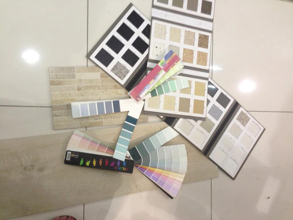 שלב בחירת הצבעים לנגרות אמבטיה ושיש למטבח ולאמבטיה. הצבע הנבחר בתמונה בהמשך. צילום: רוית רוד