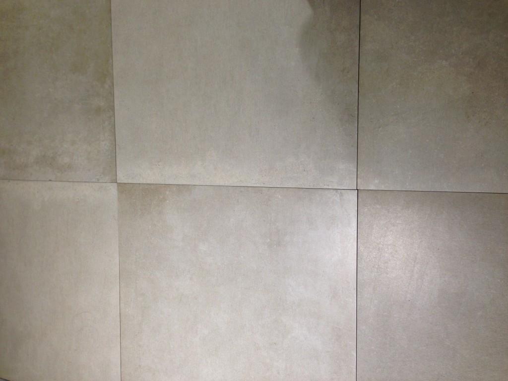 """אריחי פורצלן איטלקיים במראה בטון """"בוטיק קרמיק"""". צליום: רוית רוד"""