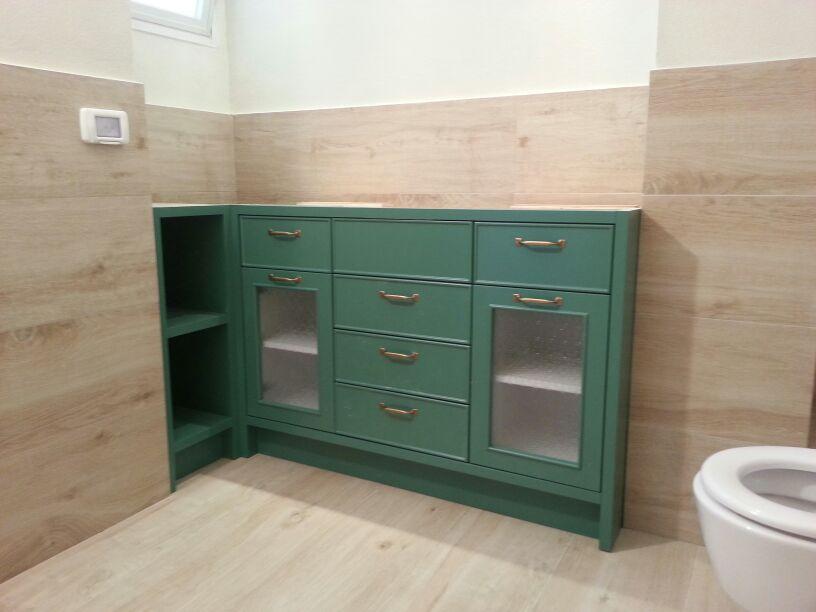 """ארון האמבט בעל הצבע הנבחר! של נגריית """"גיא הלפרין""""."""