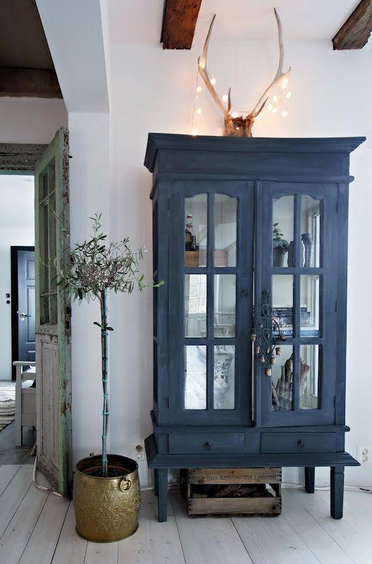 רהיט עתיק שנצבע בכחול עמוק מקבל טוויסט מרענן.