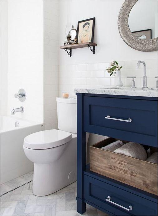 לחדש את ארון האמבטיה הישן בכחול עמוק. תוצאה מרהיבה.
