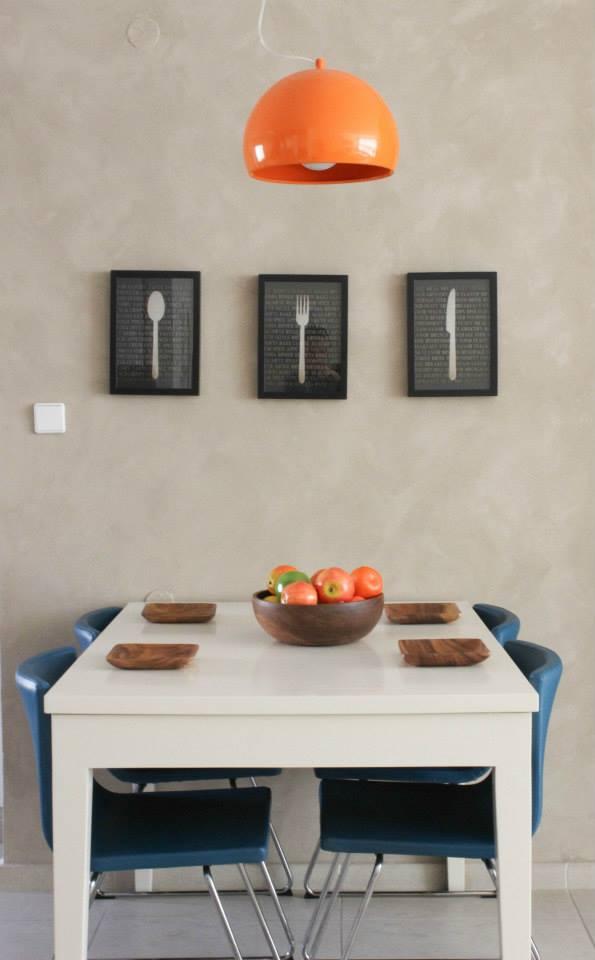 פינת האוכל אחרי. משלימה את פלטת הצבעים של הסלון. עיצוב וצילום: רוית רוד