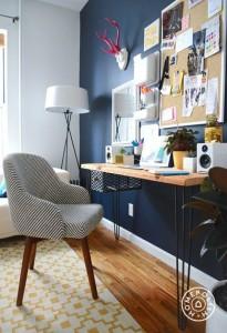 מקום לחשיבה, השראה, שקט ויצירתיות. חדר העבודה מעניק את התחושה הנכונה באמצעות צבע כהה.  www.homepolish.com