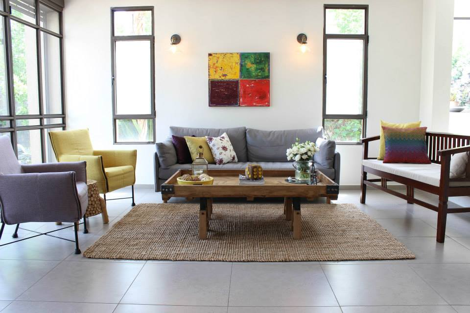 הסלון אחרי. חומרים וצבעים אלגנטיים ואווירה מזמינה. עיצוב וצילום: רוית רוד ותמי אקהאוס