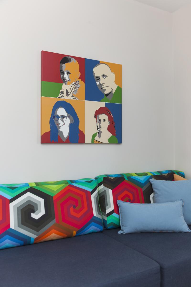 חדר המשפחה צבעוני ועליז ומנוגד בצבעוניותו לשאר הבית. תמונות המשפחה הפכו לפופארט לקריצה והומור.