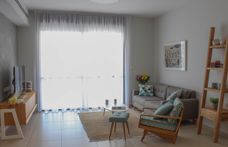 הסלון- רטרו מודרני, נעים ורגוע בדיוק כמו שחלמו. עיצוב וצילום: רוית רוד