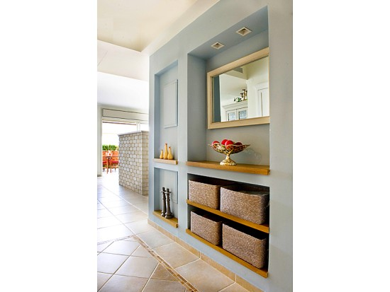 נישת גבס בכניסה בעיצוב עדכני. הצבע והעץ עושים את ההבדל. בעיצובם של הגית אלון ואריאל גור. www.bvd.co.il