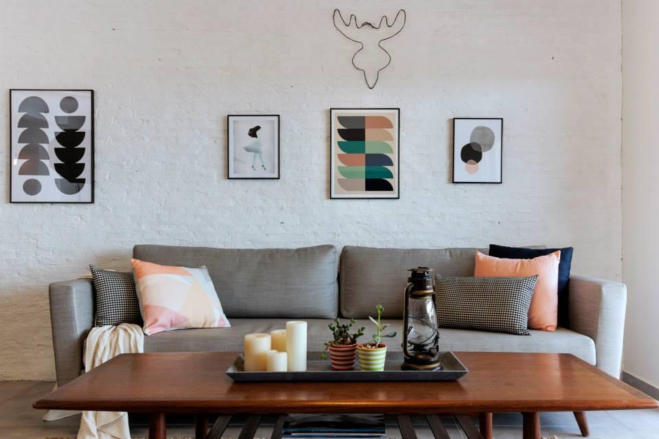 קיר שלם בסלון חופה בלבני סיליקט, הכוחלה נמרחה בכמויות נדיבות והכל נצבע בצבע לבן לקבלת מראה קיר חשוף. עיצוב: רוית רוד צילום: מאיה חבקין
