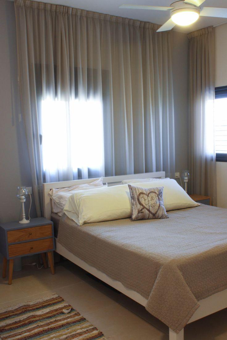 בחדר השינה הוא בגדר פריט הכרחי. מעניק את התחושה המפנקת אותה אנו רוצים, ובמקרה הזה משמש לטישטוש אסימטריה בחלונות החדר. מבית אורגד. עיצוב וצילום: רוית רוד