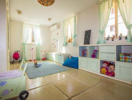 בחדר משחקים וילון תליה על מוט בעיצוב אישי מבית אורגד. עיצובי נטו. עיצוב וצילום: רוית רוד