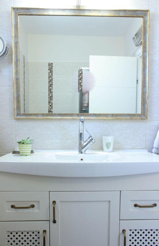 ארון אמבטיה הורים אחרי. נצבע בגוון שמנת, ידיות הוחלפו והותאמה מראה חדשה. עיצוב וצילום: רוית רוד