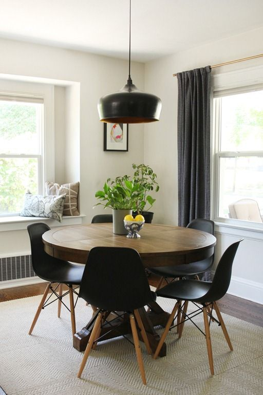 משתלבת היטב בין קירות בצורת ר. פינת אוכל עגולה http://www.danksandhoney.com