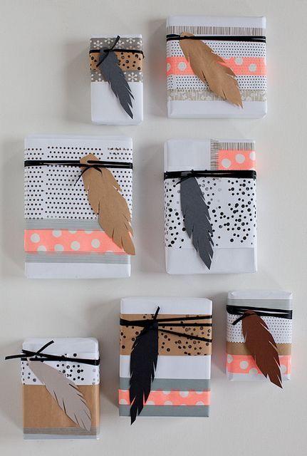 לארוז מתנת חג עם קישוט נוצה. כמה נפלא. הרעיון מכאן: www.hellocoton.fr/45-cadeaux-de-noel-a-faire-soi-meme-g39