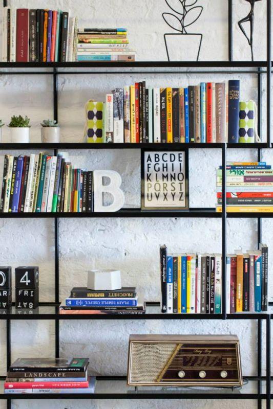 ספרים בספריה דקורטיבית, מעניקים תחושה של בית. עיצוב: רוית רוד צילום: מאיה חבקין