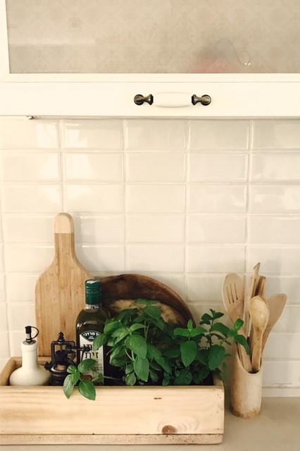ארגז קטן לאחסון ודקורציה במטבח. עיצוב וצילום: רוית רוד