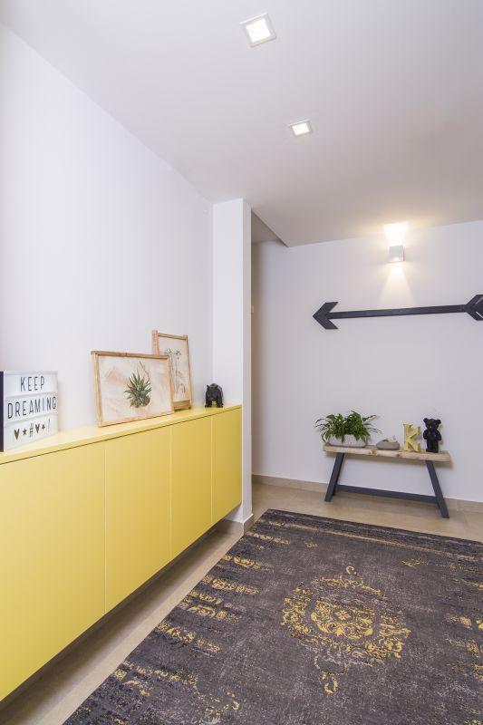 המבואה בין חדרי השינה הולבשה אף היא וגם בה ניתן מקום לצבע האהוב. עיצוב: רוית רוד צילום: עידן גור