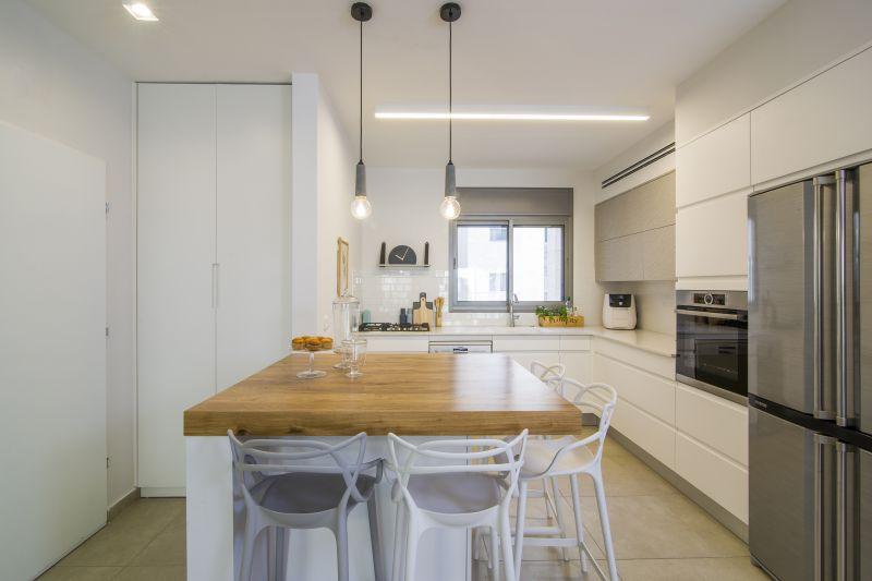 מטבח לבן בצבע, קלפה באפור בטון, בוצ'ר אלון. המטבח המעוצב בסגנון מודרני חם. עיצוב: רוית רוד צילום: עידן גור