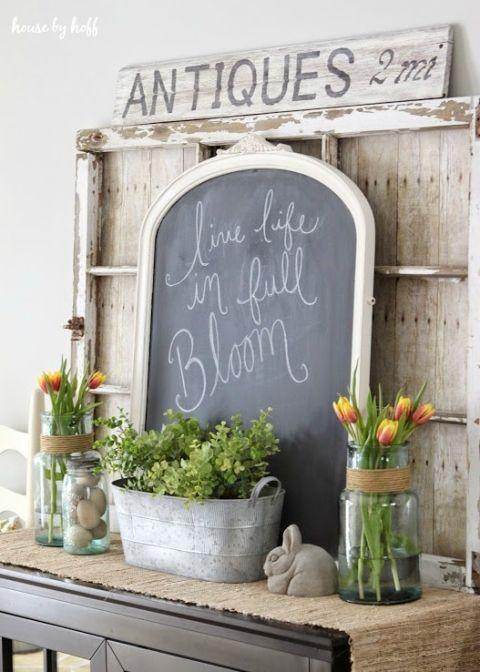 שלבו את פרחי השולחן גם בכניסה. לוח גיר קטן שבו כתוב חג שמח ישלים את הדקורציה. www.housebyhoff.com