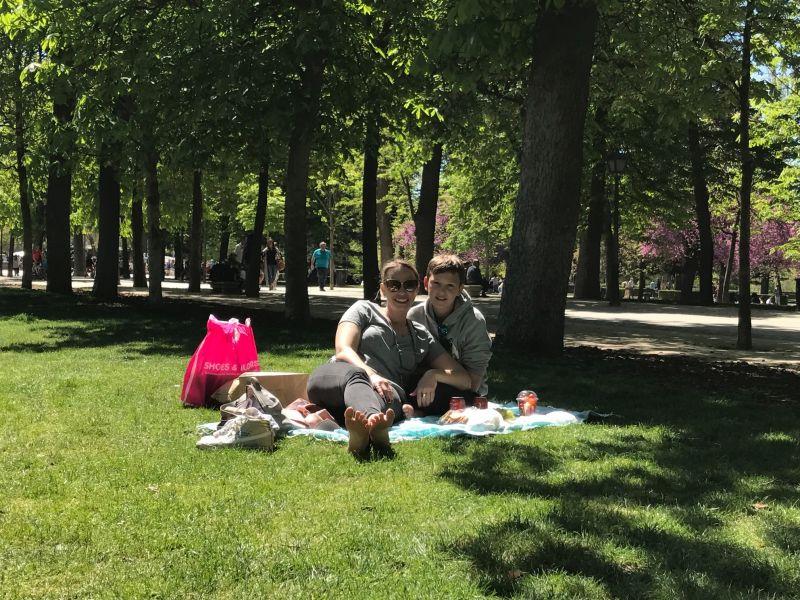 פיקניק בפארק EL RETIRO מדריד. עם האוכל הטעים שקנינו בשוק