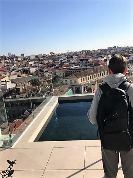 גג המלון. נוף מרהיב ושכשוכית. מדריד.